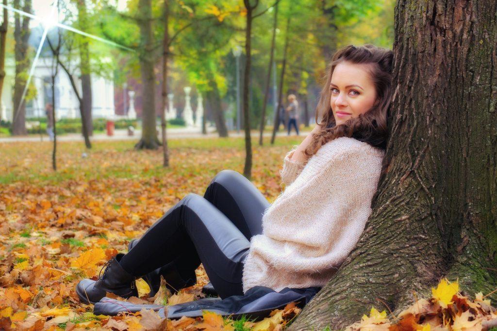 Mädchen lehnt an einem Baum. Sie hat einen Blogparade veröffentlich und wartet jetzt auf die ersten Beiträge, die sicher bald eintreffen werden.