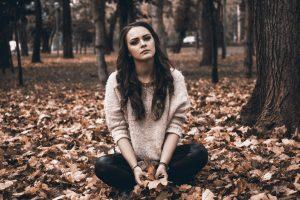 Mädchen sitzt traurig im Laub. Damit Dir das nicht passiert veröffentliche Deine Blogparade auf blogparade.net und freu Dich über viele tolle Beiträge