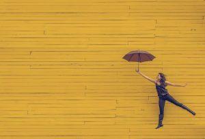 Mädchen mit Schirm genießt die Freiheit das Thema der Bloparade so zu interpretieren, dass es zum Thema ihres Blogs passt.